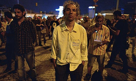 Turkish man inspires hundreds with silent vigil in Taksim Square