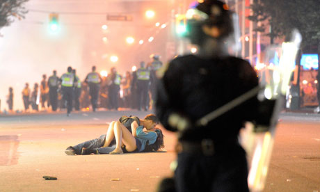 Vancouver-riot-kiss-coupl-007.jpg