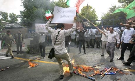 תומכי משטר מפגינים ליד שגרירות בריטניה בטהראן