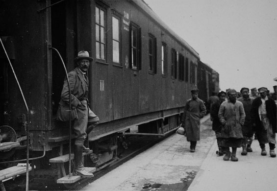 Arthur Ransome: Arthur Ransome dismounting a train in Soviet Russia
