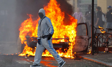 https://i2.wp.com/static.guim.co.uk/sys-images/Guardian/Pix/pictures/2011/8/8/1312829795675/A-masked-rioter-in-Hackne-007.jpg