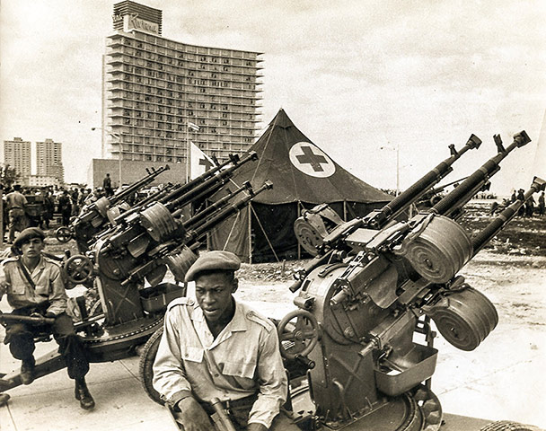 Cuban missile crisis : Cuban militiamen manning an anti-aircraft battery