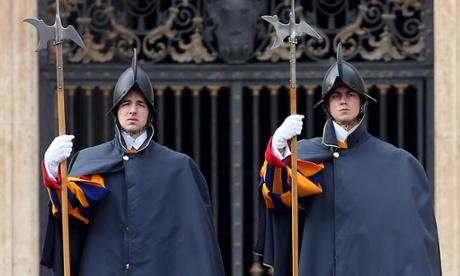 Guardia Suiza asisten audiencia semanal del Papa en la Plaza de San Pedro.