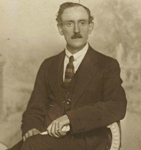 Sylvester Cummins, un falegname irlandese che ha servito nell'esercito britannico, preso a volte nel 1920