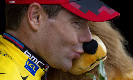 Cadel Evans kisses lion after taking yellow in penultimate stage 2011