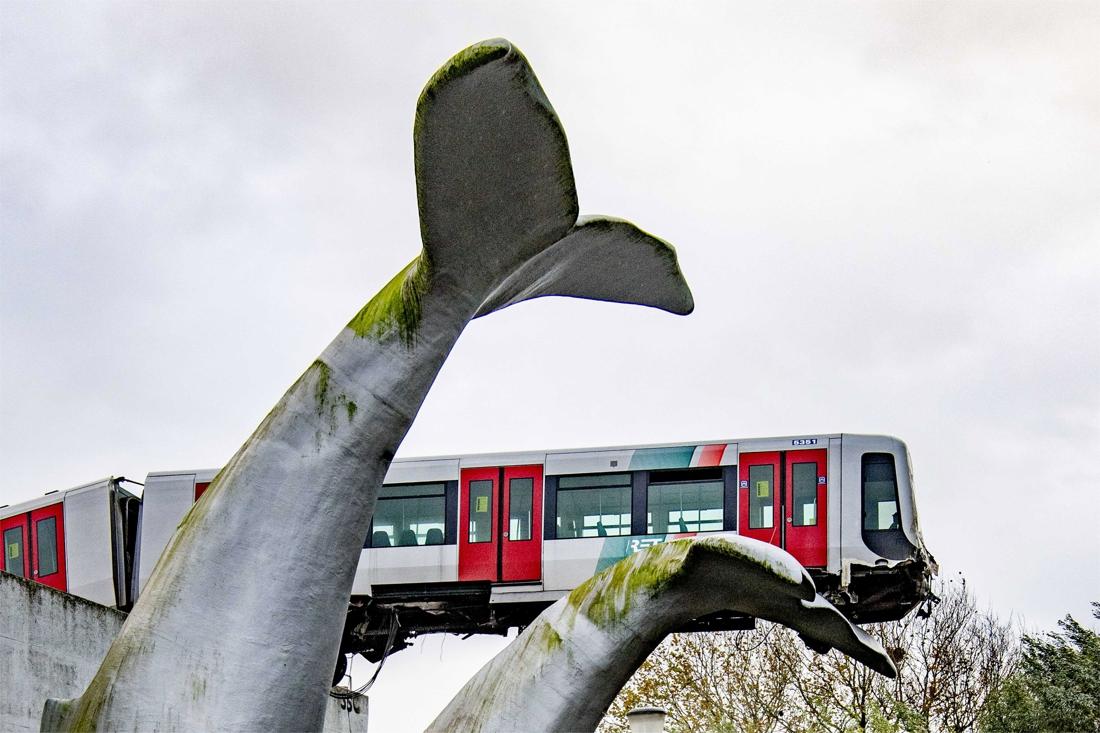 Metro schiet door stopblok en hangt op tien meter hoogte nabij Rotterdam