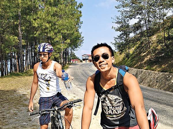王志豪(左)與另一創辦人林照圍在大學認識,經常一起到外地遊玩。(受訪者提供圖片)
