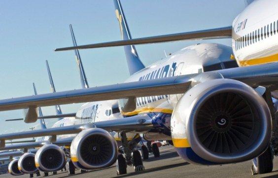 Ryanair va permite un al doilea bagaj și reduce taxa pentru carta de îmbarcare.