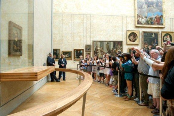 Vizitatori în Muzeul Luvru din Paris. Imagine Shutterstock. #shu#