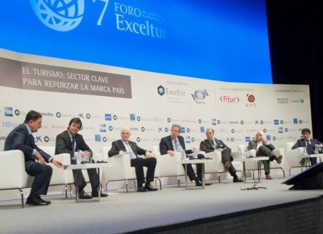 Masa de dezbatere de la Forumul Exceltur din 21 ianuarie, la carea u fost abordate tendințele sectorului.