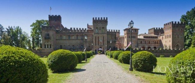 Pentru între 10 și 20 de milioane de euro este în vânzare imponentul castel de 8.000 de pătrați în apropriere de Milano.