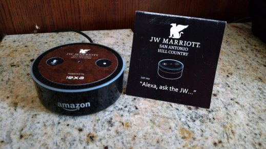 Imagine: un dispozitiv Alexa în camera unui hotel Marriott.