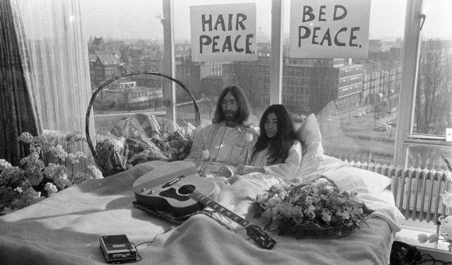 John Lennon și Yoko Ono, prima zi din săptămâna de protest din patul camerei 702 a hotelului Hilton din Amsterdam.