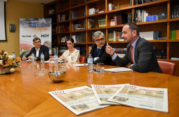 De izquierda a derecha, Francisco Gajardo (Cooperativas Agro-alimentarias), Carmen Moreno (Junta), Luis Expósito (HOY) y Pedro Herrera (Ibercaja), en la jornada. :: c. moreno/