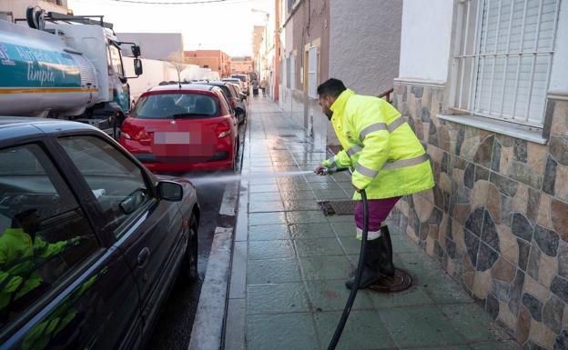 Un operario de la limpieza baldea en una calle de Almería capital. /Ayto. de Almería