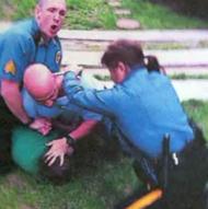 Tasca kampesi väkivaltaisia kollegoitaan sivuun.