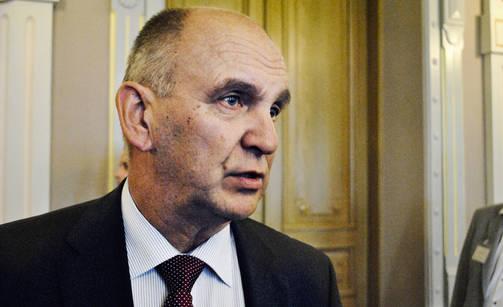 Nykyinen Puolustusministeriön kansliapäällikkö Arto Räty olisi ollut halukas jatkamaan tehtävässä.
