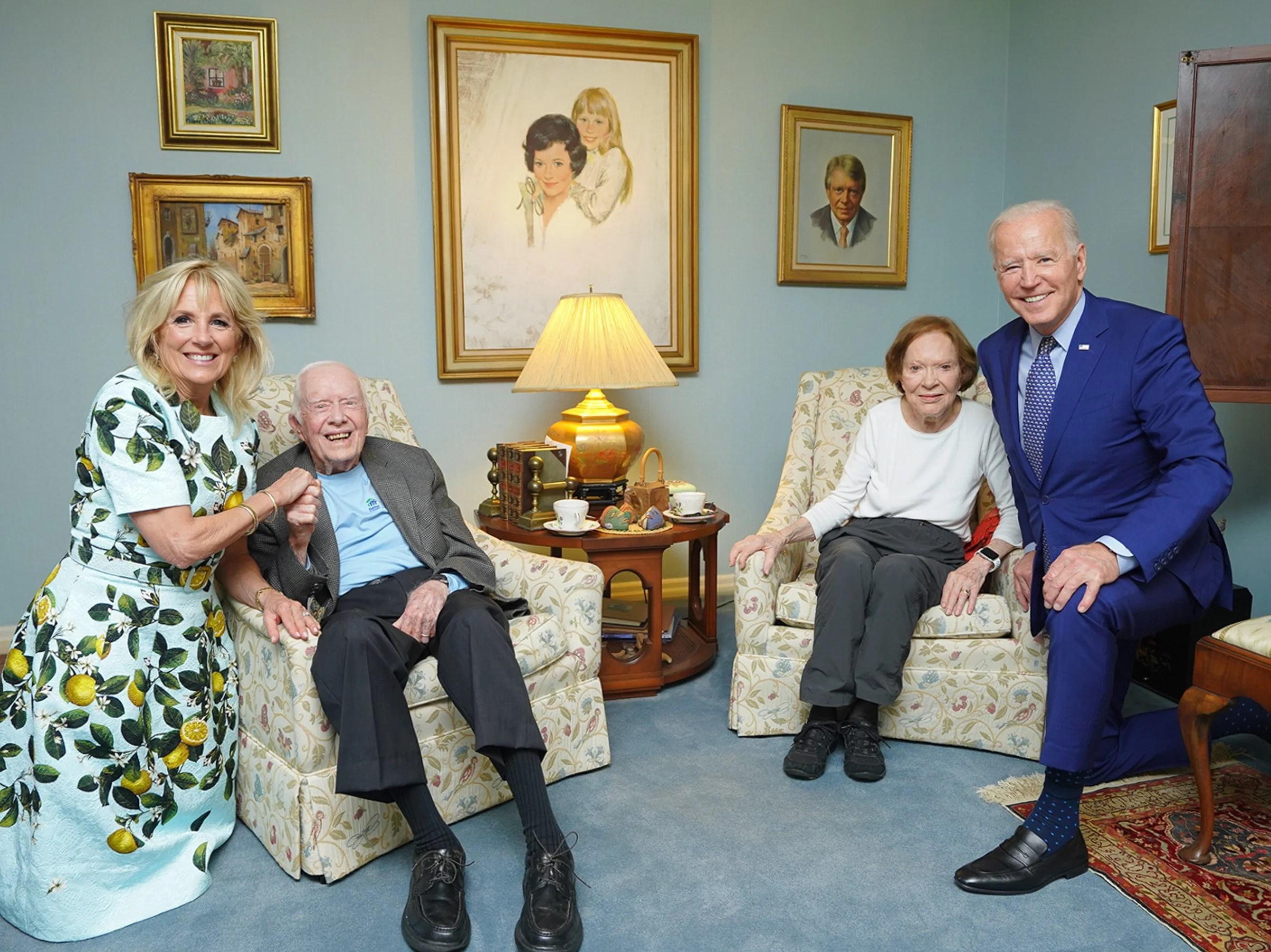 Confusing photo of Bidens meeting Carters baffles social media