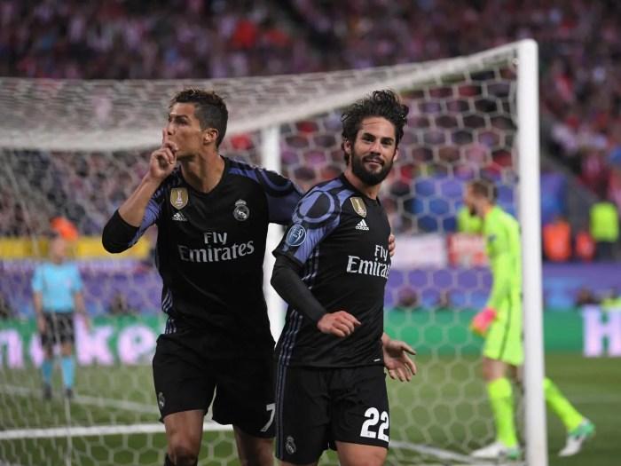 Cristiano Ronaldo festeggia Isco zittendo la curva avversaria. Il gol del 22 madridista è bastato a qualificare il Real Madrid per la finale di Champions League a Cardiff, foto: Getty