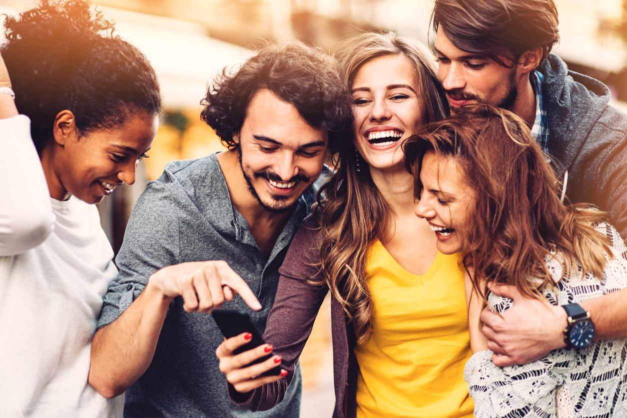 Why Group Pictures Are The Worst Choice For Your Dating