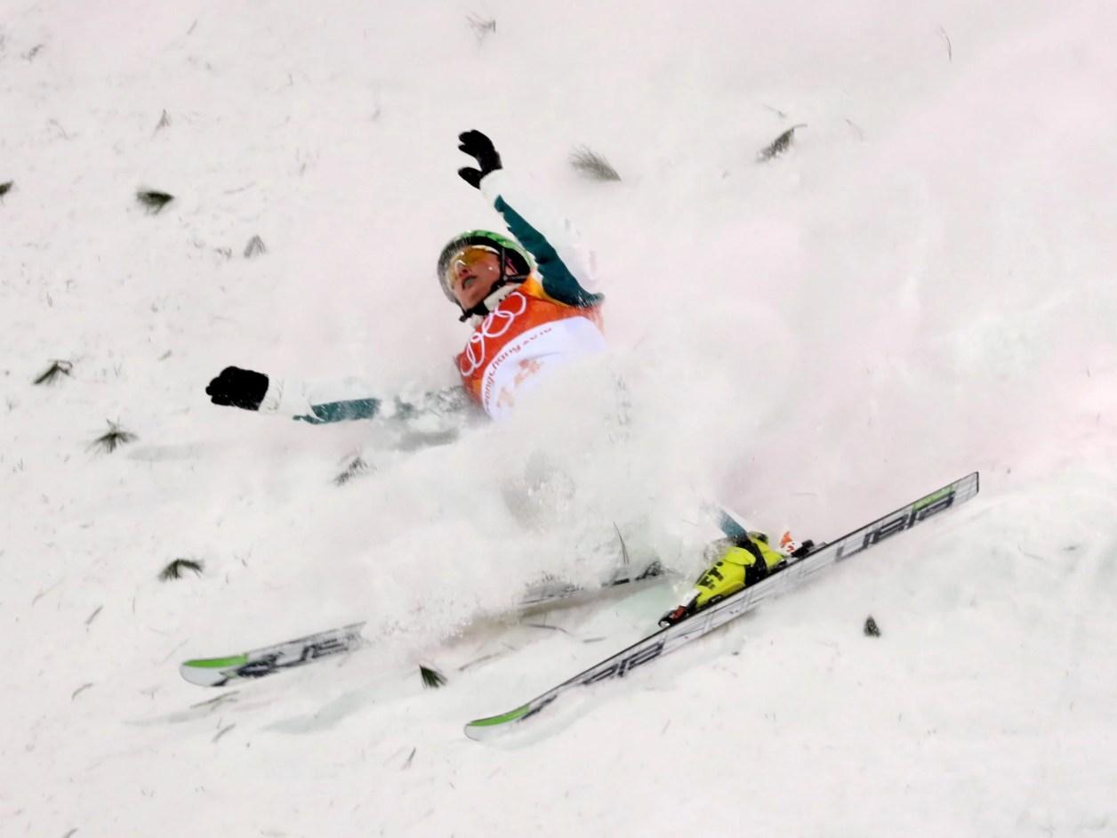 フリースタイルスキーでバランスを崩すオーストラリアのサマンサ・ウェルズ
