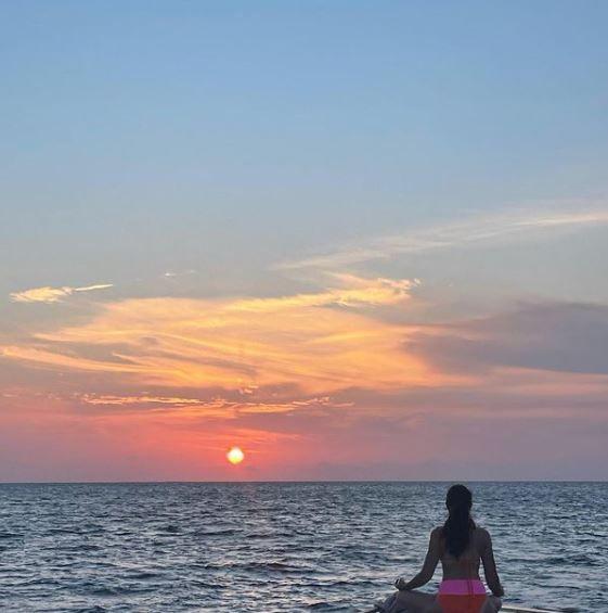 Sara Ali Khan Enjoys Sea And Sunset On a Yacht Photo Credit: Instagram/@ saraalikhan95