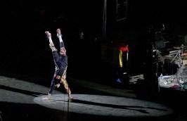 Flea, basistul RHCP în mâini în timpul unui solo de tobe pe 31 august 2012 la Arena Națională (foto: Alex Chelba)