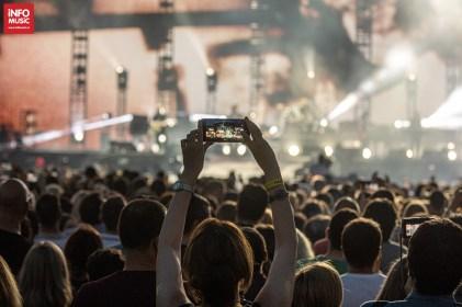 Fan filmând cu telefonul concertul