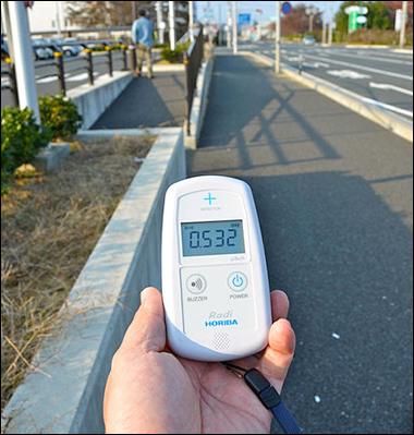 Geiger counter showing radiation at Minamisoma, Fukushima Prefecture, Japan, 4 November 2011 / By osaMu, via Wikimedia Commons
