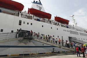 Passageiros embarcam em um navio de cruzeiro. (Foto: Google Imagens)