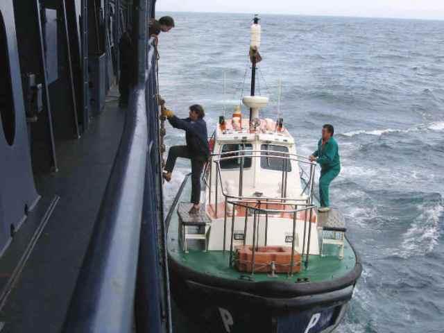 Um prático embarcando num navio para pilotá-lo.(Foto: Google Imagens)