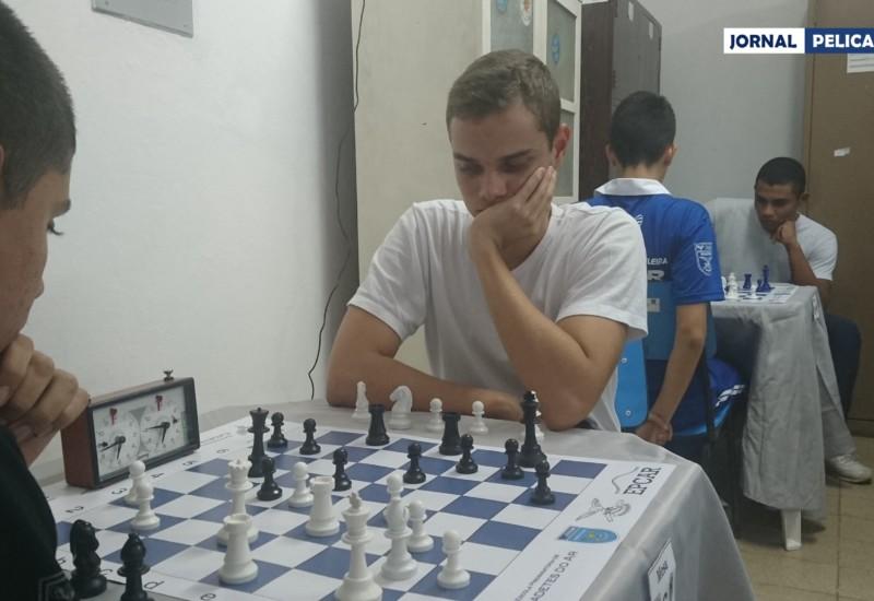 Al. Thales Lucas inicia mais uma partida que venceria. (Foto: Al. Colares / Jornal Pelicano)