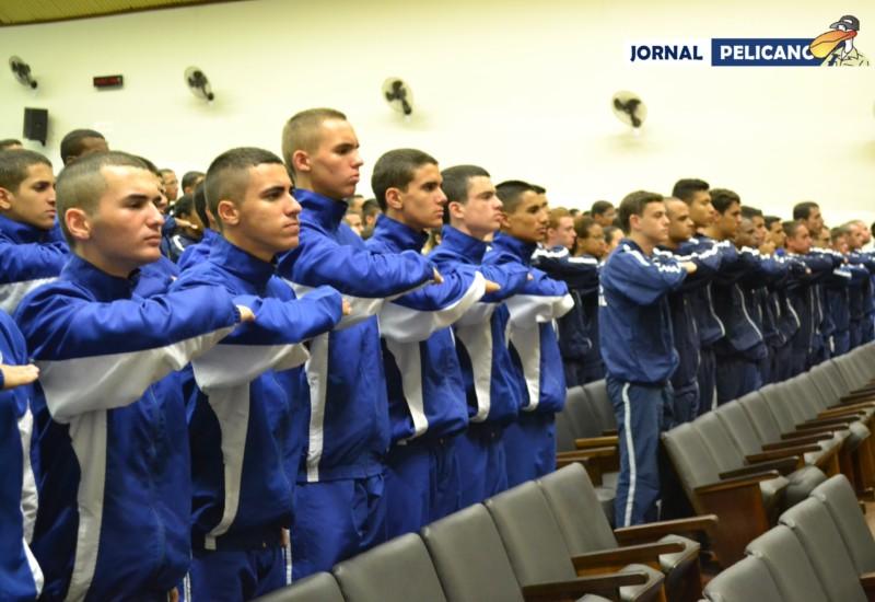 Cadetes de ambas escolas fazendo o Juramento do Atleta. (Foto: Al. Colares / Jornal Pelicano)
