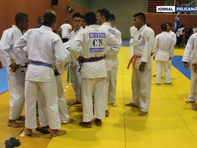 Alunos do CN reunidos antes do embate. (Foto: Al. Assis / Jornal Pelicano)