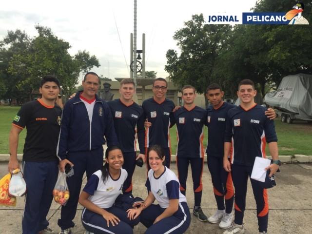 Atletas da EFOMM posam para foto. (Foto: Jornal Pelicano)