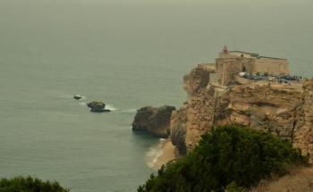 O Canhão da Nazaré, vale submerso, fica no prolongamento do Promontório da Nazaré