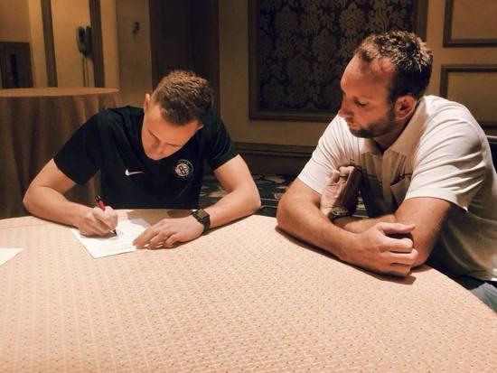 Musa prilikom zvaničnog potpisa ugovora s Netsima (Foto: Brooklyn Nets)