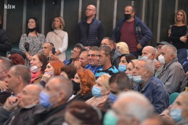Ozarena lica građana kao da nema korone (Foto: SDA Srebrenik)