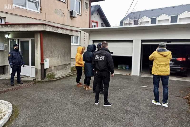 Detalj tokom pretresa Bijedićevog stana u Tuzli (Foto: Klix.ba)