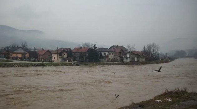 Rijeka Bosna u porastu, u Varešu aktivirana tri klizišta