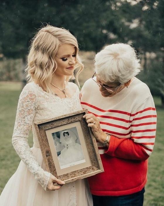Невеста со свадебной фотографией бабушки.