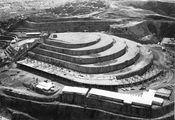 Процесс строительства El Helicoide.