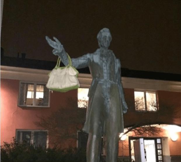 Швеция. Памятник с женской сумочкой.