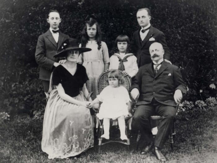 Кристиан Диор (крайний слева в верхнем ряду) со своей семьей   Фото: iledebeaute.ru