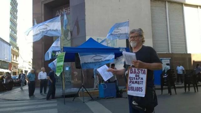 Los jubilados protestan en Rioja y Sarmiento.