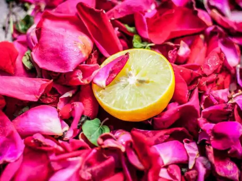 नींबू और गुलाब जल