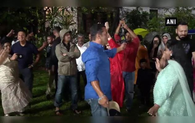 Salman dances on Ganpati immersion in Arpita's house