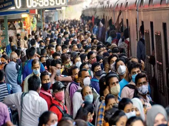 मुंबई के स्टेशनों पर मची भीड़