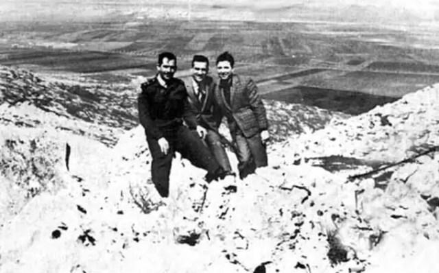 गोलन हाइट्स पर अपने सीरियाई दोस्तों के साथ एली कोहेन (बीच में)