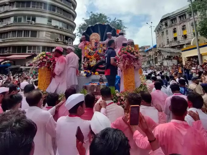 lalbaugcha raja photograph: ना ढोल-ताशांचा गजर, ना भक्तांची गर्दी